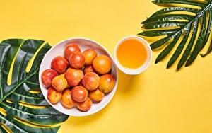 Hintergrundbilder Marille Fruchtsaft Farbigen hintergrund Ast Teller Tasse Lebensmittel