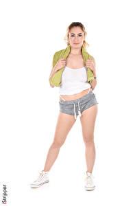 Fotos Arizona Wild iStripper Weißer hintergrund Blondine Posiert Hand Shorts Bein Plimsoll Schuh junge frau