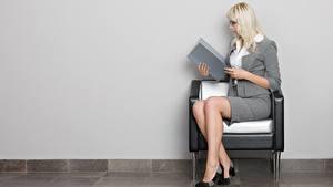 Bilder Sessel Blond Mädchen Brille Sitzt Hand Bein Stöckelschuh Sekretärinen Mädchens