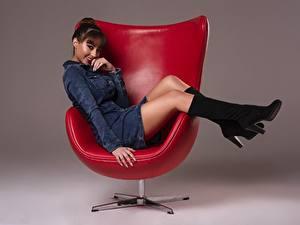 Bilder Sessel Posiert Sitzt Bein Schöne Stiefel Kleid Lächeln Frisuren Braune Haare Ana Victoria junge frau