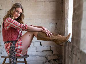 Hintergrundbilder Stühle Sitzt Stiefel Kleid Bein Starren Artemis Fauna junge frau