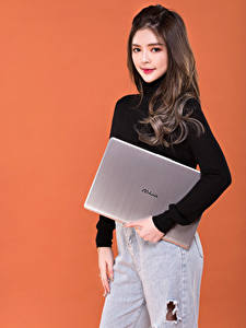 Fotos Asiaten Pose Farbigen hintergrund Notebook Sweatshirt Starren Asus junge Frauen
