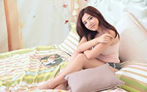 Bilder Asiatische Bett Kissen Braune Haare Hand Sitzend junge frau