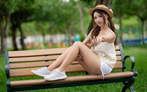 Fotos Asiatische Bank (Möbel) Unscharfer Hintergrund Der Hut Braunhaarige Hand Sitzend Bein Schön junge frau