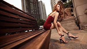 Fotos Asiatische Bank (Möbel) Braunhaarige Kleid Hand Bein Stöckelschuh Sitzend junge Frauen