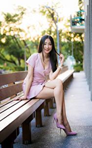 Bilder Asiatisches Bank (Möbel) Sitzen Kleid Bein Lächeln Blick junge Frauen