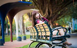 Hintergrundbilder Asiaten Bank (Möbel) Sitzt Starren Unscharfer Hintergrund Braune Haare junge frau