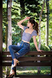 Hintergrundbilder Asiatische Bank (Möbel) Sitzend Jeans Bluse Bokeh Posiert junge Frauen