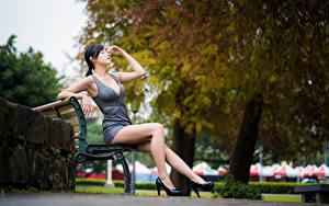 Bilder Asiaten Bank (Möbel) Sitzt Bein Kleid Hand High Heels Brünette Unscharfer Hintergrund junge frau