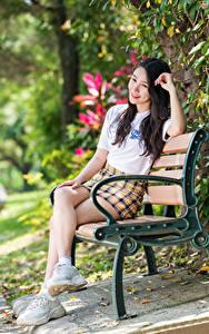 Hintergrundbilder Asiaten Bank (Möbel) Sitzt Bein Rock T-Shirt Unscharfer Hintergrund