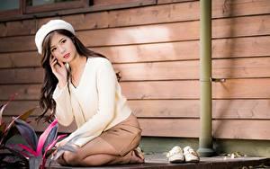 Bilder Asiatische Barett Sitzend Braunhaarige Bokeh Mädchens