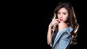 Hintergrundbilder Asiatisches Schwarzer Hintergrund Hand Jacke Braunhaarige Blick junge Frauen