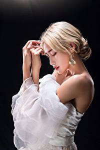 Bilder Asiatische Blond Mädchen Pose Hand Schwarzer Hintergrund junge frau