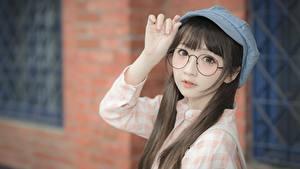 Desktop hintergrundbilder Asiatische Bokeh Baseballkappe Braune Haare Starren Brille Hand Mädchens