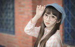 Hintergrundbilder Asiatische Bokeh Baseballkappe Braune Haare Starren Brille Hand