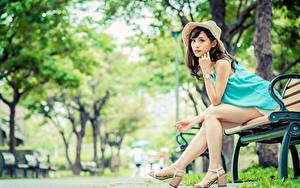 Hintergrundbilder Asiatisches Unscharfer Hintergrund Bank (Möbel) Sitzen Bein Der Hut Braunhaarige Blick junge Frauen