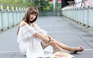 Bilder Asiatische Unscharfer Hintergrund Braunhaarige Kleid Hand Sitzend Der Hut Bein Mädchens