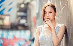 Hintergrundbilder Asiatisches Unscharfer Hintergrund Braunhaarige Starren Hand junge Frauen