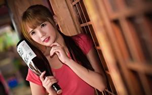 Fotos Asiatische Bokeh Braunhaarige Starren Hand Flaschen