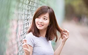 Bilder Asiatische Unscharfer Hintergrund Braune Haare Blick Hand Lächeln Haar Mädchens