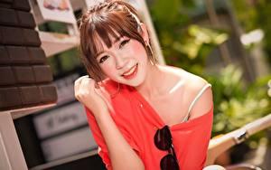 Bilder Asiaten Unscharfer Hintergrund Braunhaarige Starren Lächeln Brille Hand