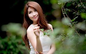 Hintergrundbilder Asiatisches Unscharfer Hintergrund Braunhaarige Starren Lächeln Hand