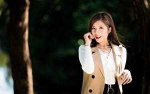 Hintergrundbilder Asiatische Bokeh Braunhaarige Starren Lächeln Hand junge Frauen
