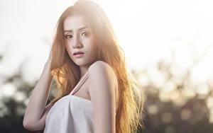 Bilder Asiatische Unscharfer Hintergrund Braune Haare Hand Blick junge Frauen