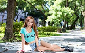Bilder Asiaten Bokeh Braune Haare Hand Shorts Bein Boots junge Frauen
