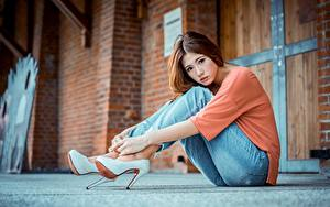 Bilder Asiaten Unscharfer Hintergrund Braune Haare Hand Sitzt Bein Jeans High Heels Schöne junge frau