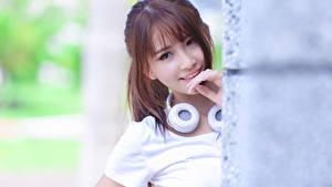 Fotos Asiaten Unscharfer Hintergrund Braunhaarige Kopfhörer Blick Lächeln junge Frauen