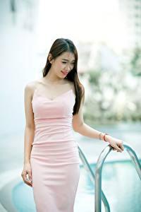 Hintergrundbilder Asiatische Unscharfer Hintergrund Braunhaarige Lächeln Kleid Hand junge frau