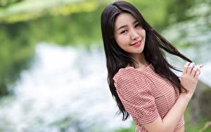 Fotos Asiaten Unscharfer Hintergrund Brünette Starren Lächeln Hand junge frau