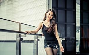 Fotos Asiatisches Unscharfer Hintergrund Brünette Blick Lächeln Hand Shorts junge Frauen