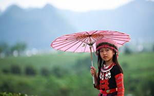 Fotos Asiatische Unscharfer Hintergrund Blick Regenschirm Kleine Mädchen kind