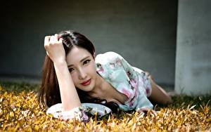 Fotos Asiatische Bokeh Gras Braunhaarige Starren Hand Hinlegen Mädchens