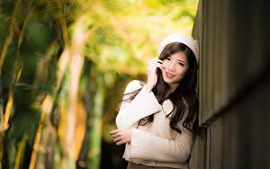 Hintergrundbilder Asiatische Unscharfer Hintergrund Hand Starren Lächeln Brünette Sweatshirt junge Frauen