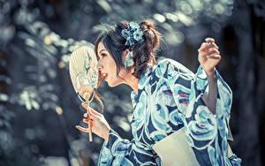 Fotos Asiatische Unscharfer Hintergrund Kimono Hand Fächer junge frau