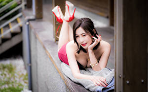 Bilder Asiatische Bokeh Liegen Hand Dekolletee Braune Haare Mädchens