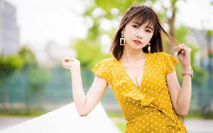 Hintergrundbilder Asiaten Bokeh Pose Hand Kleid Dekolletee Braune Haare Blick junge Frauen