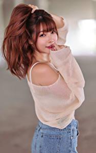 Hintergrundbilder Asiatische Unscharfer Hintergrund Posiert Lächeln Starren Rotschopf junge frau