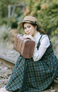 Fotos Asiaten Bokeh Schienen Kleid Der Hut Koffer Sitzen Mädchens