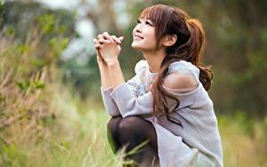 Fotos Asiaten Bokeh Seitlich Braune Haare Lächeln Sitzend Hand Mädchens