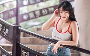 Fotos Asiatische Unscharfer Hintergrund Unterhemd Hand Starren Brünette