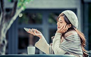 Hintergrundbilder Asiaten Bokeh Sitzt Barett Lächeln Smartphones junge frau