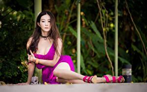 Hintergrundbilder Asiaten Unscharfer Hintergrund Sitzt Kleid Dekolletee Braune Haare Bein junge frau