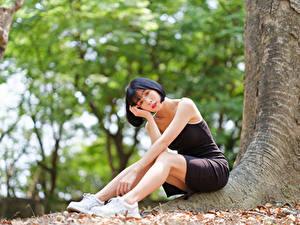 Fotos Asiatisches Unscharfer Hintergrund Sitzend Kleid Starren junge frau
