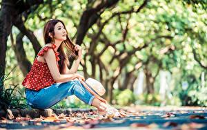 Hintergrundbilder Asiatische Bokeh Sitzen Jeans Der Hut Bluse junge frau