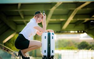 Bilder Asiaten Bokeh Flugbegleiter Koffer Sitzen Braunhaarige junge frau