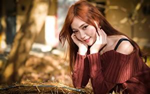 Hintergrundbilder Asiatische Unscharfer Hintergrund Sweatshirt Starren Hand Rotschopf Mädchens